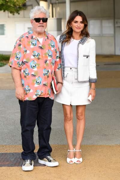Pedro Almodovar et Penelope Cruz, en jupe courte et sandales blanches à Venise, le 31 août 2021.