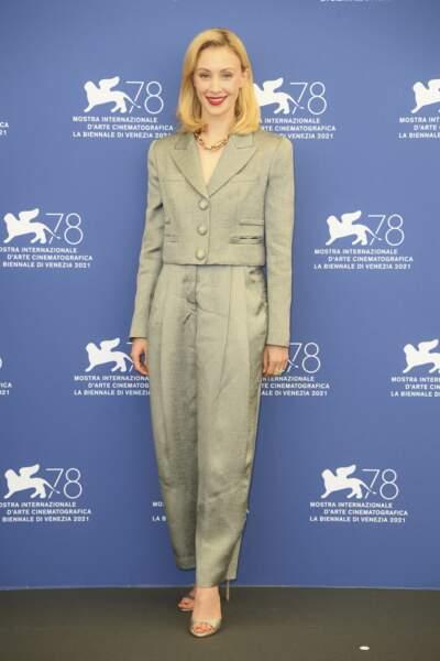 Sarah Gadon en costume Giorgio Armani, le 1er septembre 2021.