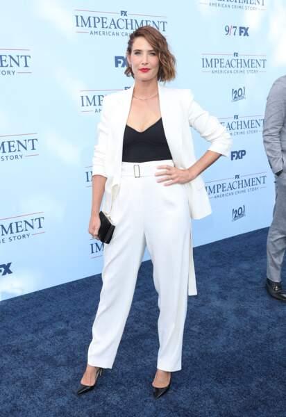 """Cobie Smulders ose le mix & match blanc éclatant devant de photocall de la première de """"Impeachment"""", saison 3 de la série American Crime Story à propos de l'affaire Monica Lewinsky, à Los Angeles, le 1er septembre 2021."""