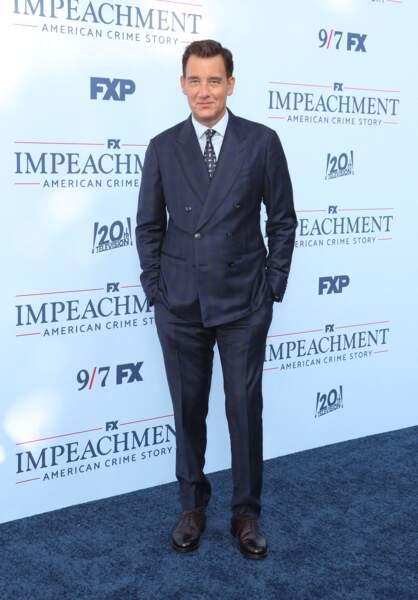 """Clive Owen élégant dans son costume bleu marine pour présenter """"Impeachment"""", saison 3 de la série American Crime Story à propos de l'affaire Monica Lewinsky, à Los Angeles, le 1er septembre 2021."""