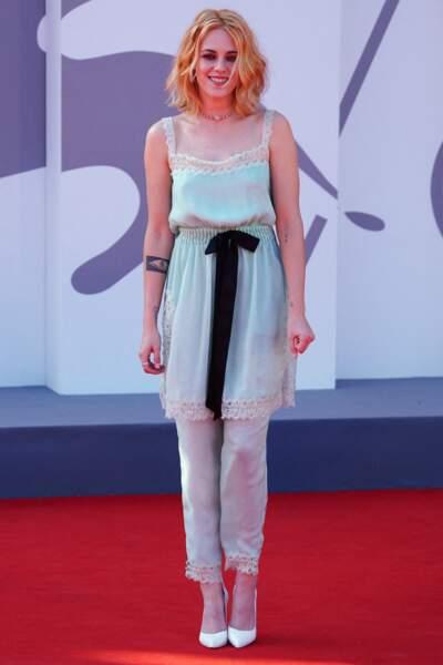 Kristen Stewart en total look Chanel et carré blond vénitien wavy