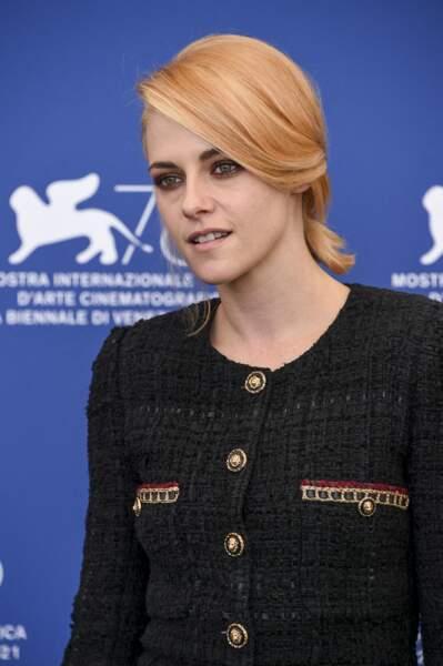 Kristen Stewart avec des cheveux entre le blond et le roux vénitien