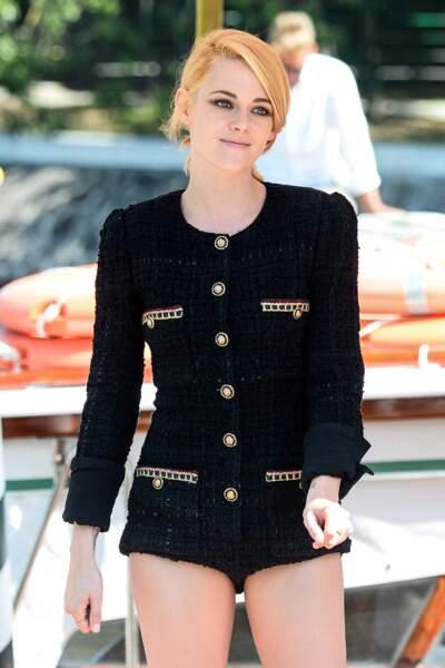 Kristen Stewart avec un blond vénitien qui illumine sa peau claire et ses yeux verts.