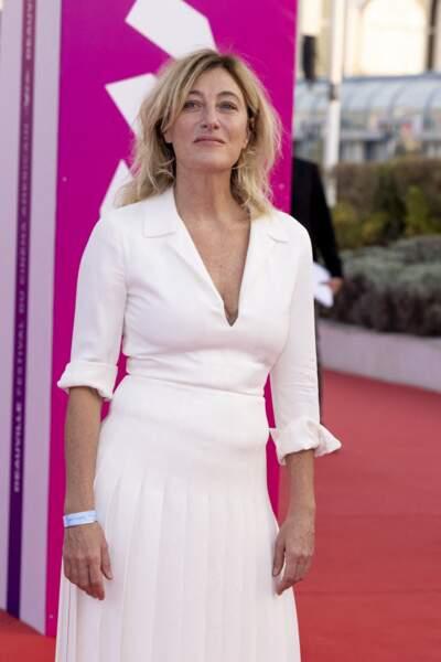 Tout sourire, Valeria Bruni Tedeschi pose sur le tapis rouge à Deauville.