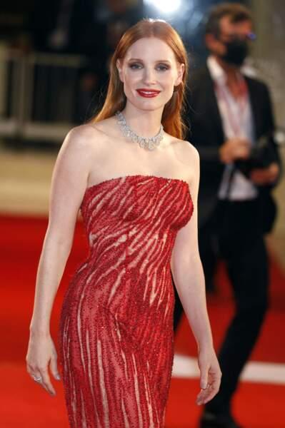 Jessica Chastain vêtue d'une robe signée Atelier Versace pour La Mostra, le 4 septembre