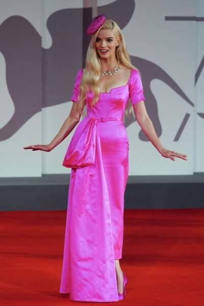 Anya Taylor-Joy dans une robe rose de la griffe Dior avec des bijoux Tiffany & Co pour La Mostra, le 4 septembre