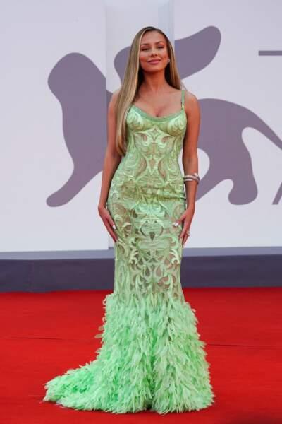 Ester Exposito porte une robe de l'Atelier Versace pour le festival international du film de Venise, le 4 septembre