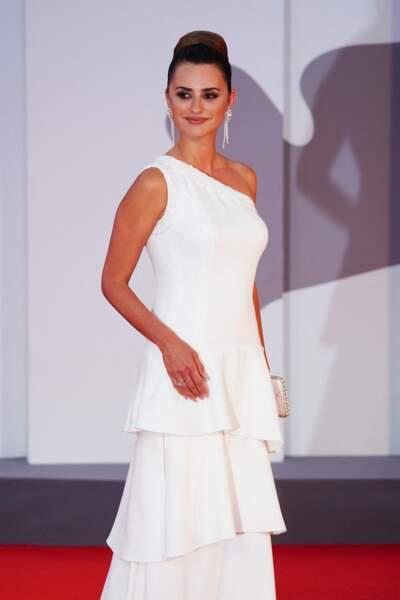 Penelope Cruz dans une longue robe blanche asymétrique pour son apparition sur le tapis rouge de la Mostra, le 4 septembre