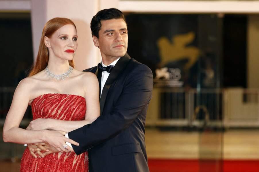 Jessica Chastain dans les bras d'Oscar Isaac sur le tapis rouge du festival international du film de Venise