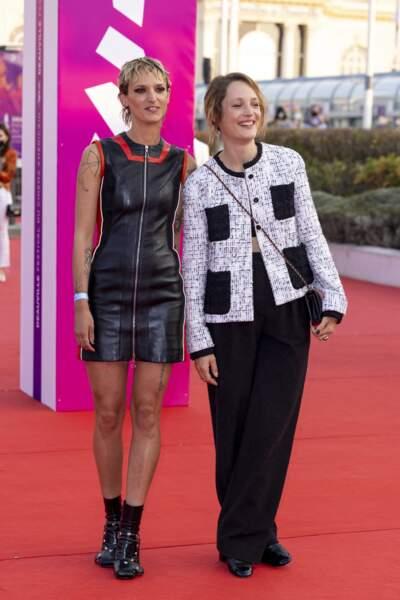 Agathe Rousselle et Vicky Krieps posant ensemble sur le tapis rouge du Festival Américain de Deauville.