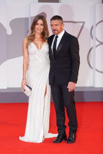 """Antonio Banderas est venu avec sa compagne Nicole Kimpel à la première du film """"Competencia oficial"""", le 4 septembre"""