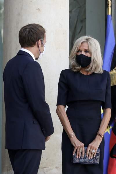 Brigitte Macron a craqué pour une pochette à la place de ses sac à main à bandoulière