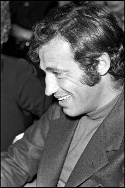 """Jean-Paul Belmondo à la projection du film """"La décade prodigieuse"""" (Claude Chabrol, 1971) dans son éternel col roulé sous un blazer en laine."""