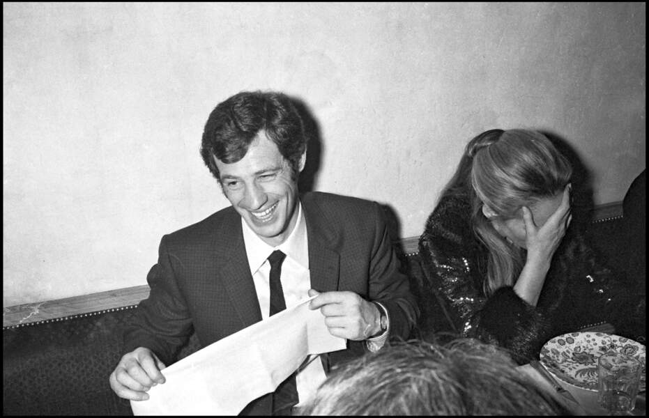 """Jean-Paul Belmondo et Ursula Andress à Paris lors de la sortie du film """"Le Voleur"""" en 1967."""