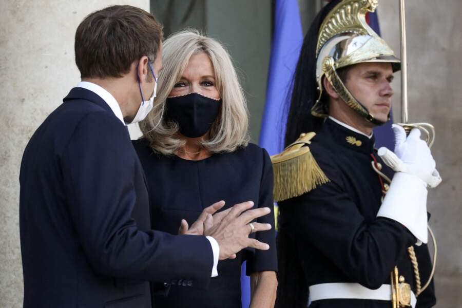 Brigitte Macron, sobre et chic en robe droite et escarpins