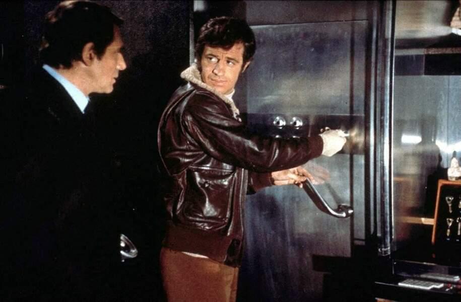 """Jean-Paul Belmondo en bombardier avec Robert Hossein sur le tournage du film """"Le casse"""". 1971"""