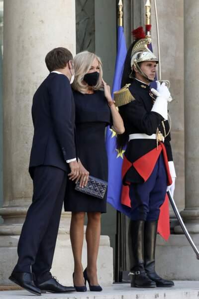 Brigitte Macron mise aussi sur une  paire de collant satinés pour sublimer ses jambes fines et musclées.