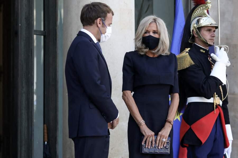 Brigitte Macron a adopté la pochette matelassée et une robe noire signée d'un jeune styliste, Charles Pottier.