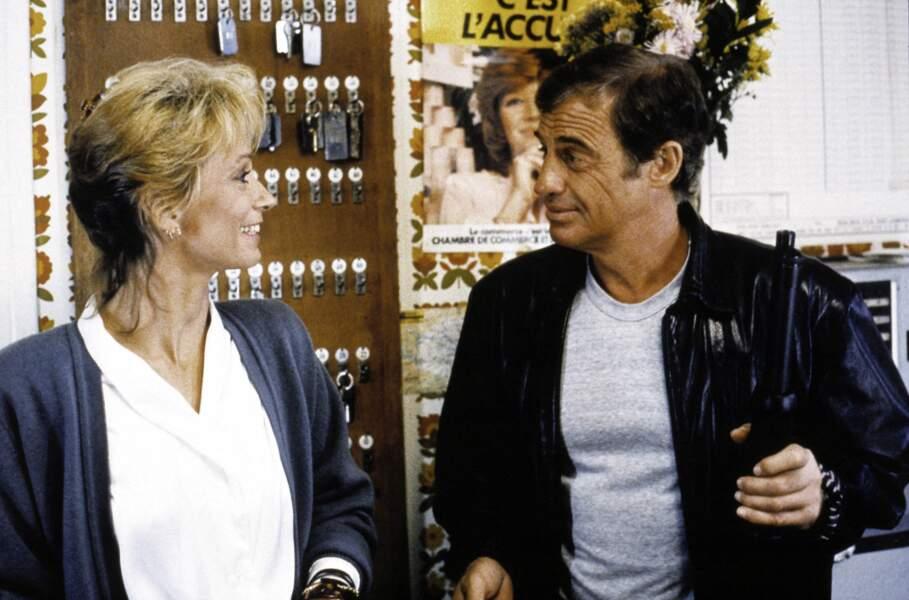 """Jean-Paul Belmondo, en tee-shirt et bomber en cuir sur le tournage du film """"Le solitaire"""". 1987"""