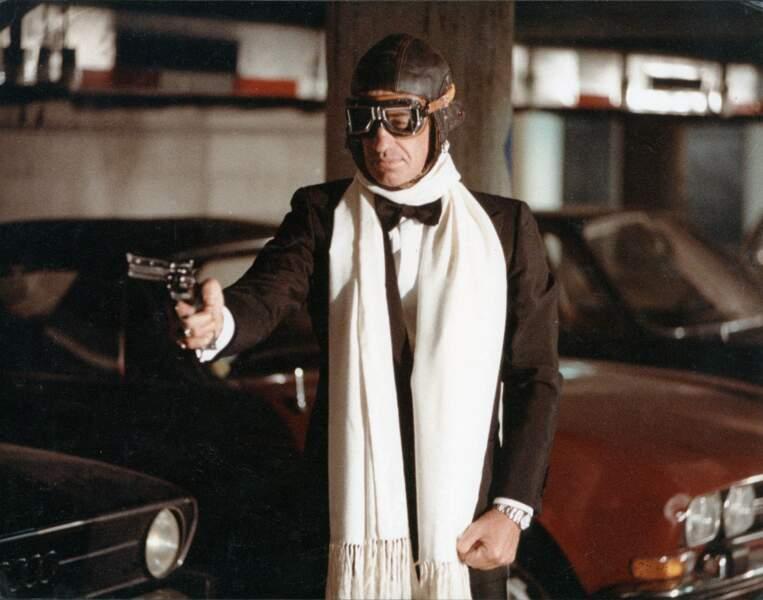 """Jean-Paul Belmondo, smoking et lunettes d'aviateur, sur le tournage du film """"Flic ou voyou"""". 1978"""
