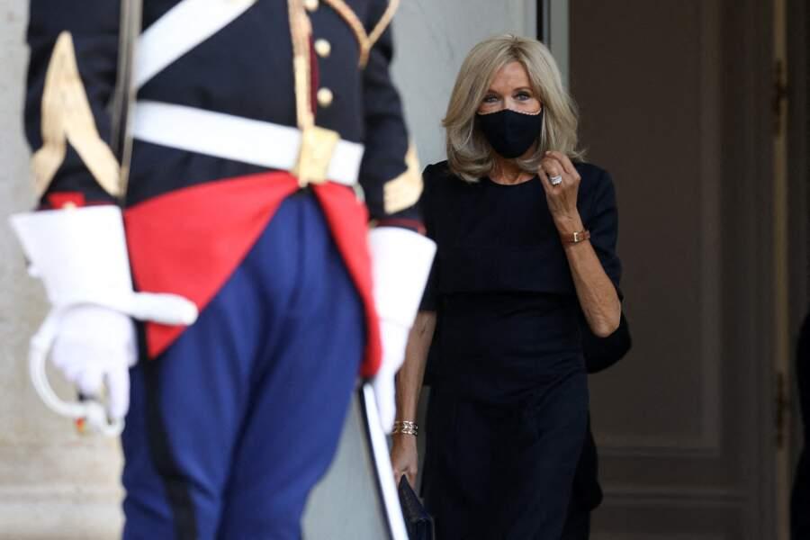 Brigitte Macron sobre en robe noire, simplement accessoirisée de ses bijoux fétiches et de sa montre, Michel Herbelet