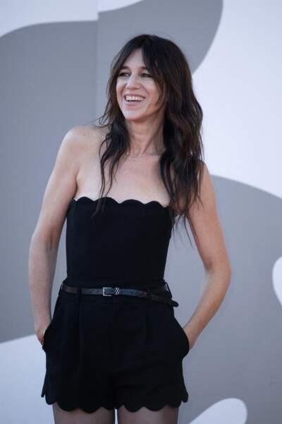 Après la coupe shag, Charlotte Gainsbourg a laissé pousser ses cheveux.