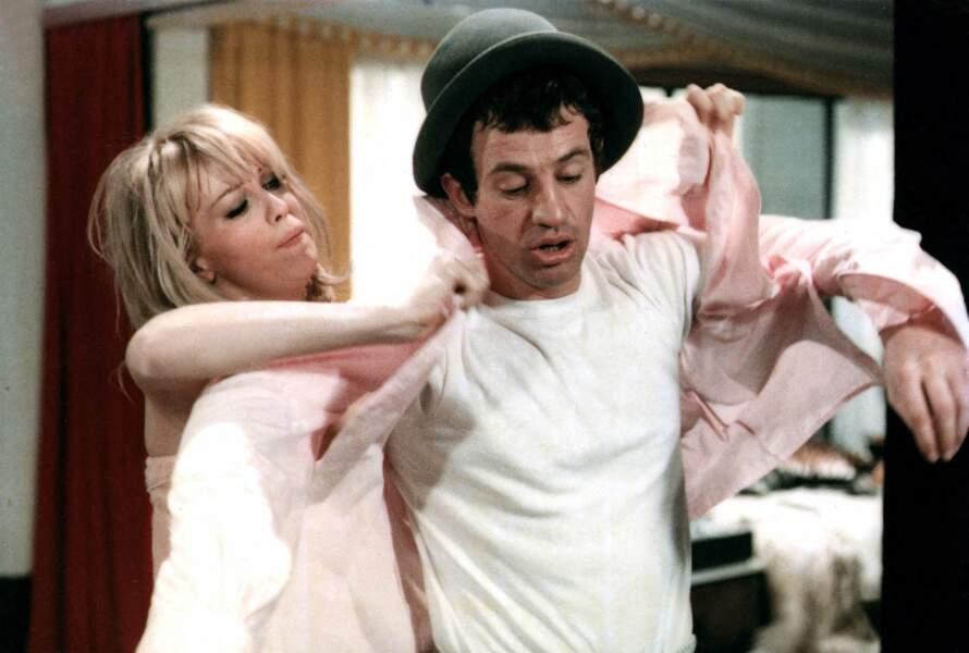 """Jean-Paul Belmondo et Mylène Demongeot sur le tournage du film """"Tendre voyou"""". 1966"""