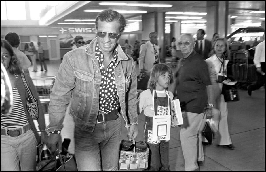 Jean-Paul Belmondo, son fils et sa fille, dans une chemise imprimée et une veste en denim.