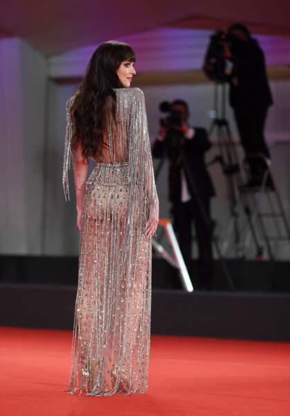 Dakota Johnson : ses longs cheveux lui arrivent jusqu'à la taille, à Venise, le 3 septembre 2021.