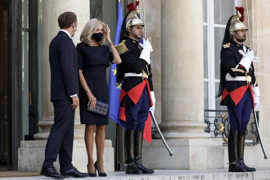 Brigitte Macron accessoirise sa tenue à celle de son mari, Emmanuel Macron en restant dans les mêmes tons.