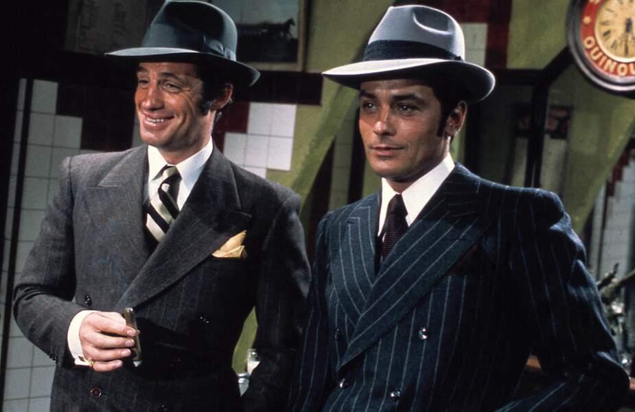 """Jean-Paul Belmondo et Alain Delon dans leurs trois pièces sur le tournage du film """"Borsalino"""". 1970"""