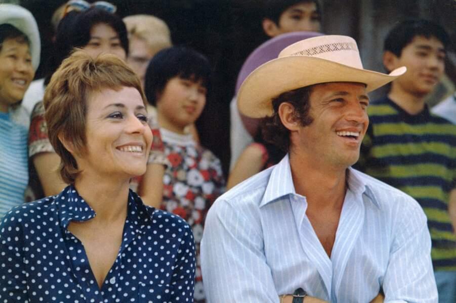 """Annie Girardot et Jean-Paul Belmondo en chapeau de paille et chemise d'été sur le tournage du film """"Un homme qui me plait"""". 1969"""