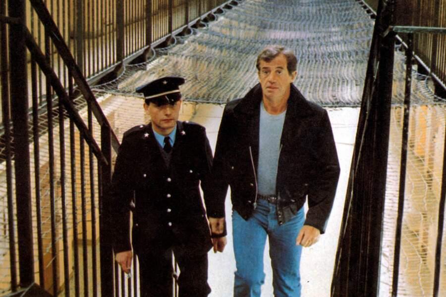 """Jean-Paul Belmondo sur le tournage du film """"Le marginal"""" (1983) dans son iconique blouson en cuir."""