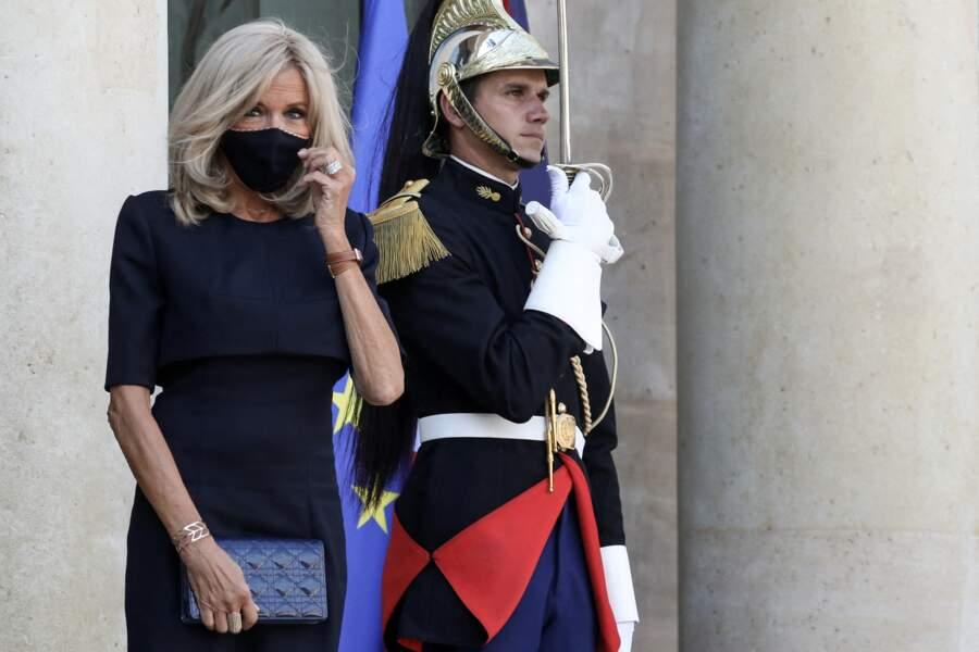 Brigitte Macron accessoirise son masque à sa tenue, tout en total-look noir