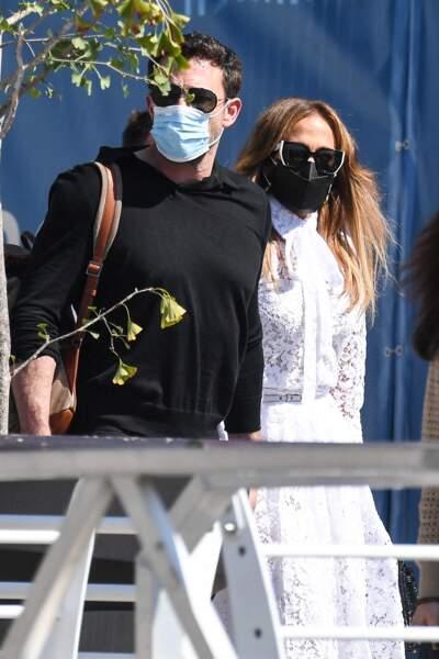 Jennifer Lopez et son compagnon Ben Affleck, masque de protection et lunettes de soleil sur le nez