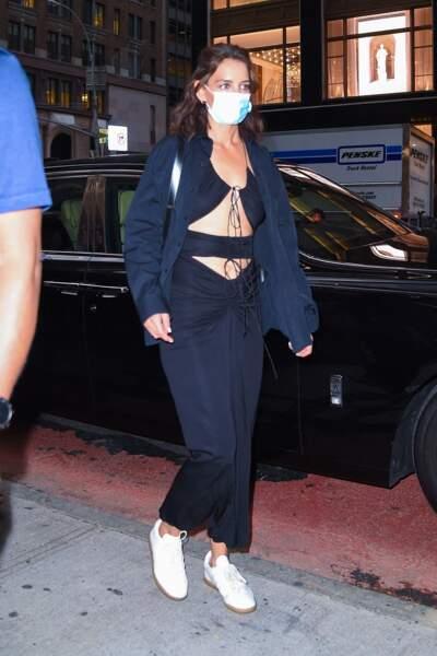 Katie Holmes accessoirise sa tenue d'une paire de basket blanches et chic, en pleine fashion week new-yorkaise