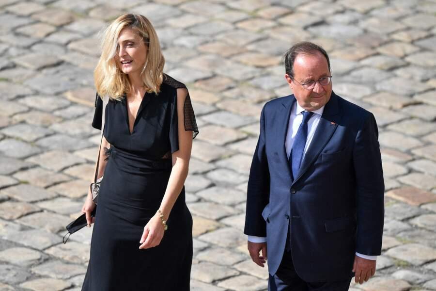 François Hollande et Julie Gayet lors de l'hommage national à Jean-Paul Belmondo dans la cour des Invalides, à Paris, le jeudi 9 septembre 2021.