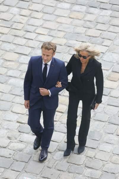 Brigitte et Emmanuel Macron lors de la cérémonie d'hommage national à Jean-Paul Belmondo à l'Hôtel des Invalides à Paris, France, le 9 septembre 2021.