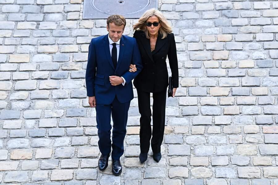 Brigitte et Emmanuel Macron lors de l'hommage national à Jean-Paul Belmondo dans la cour des Invalides, à Paris, le jeudi 9 septembre 2021.