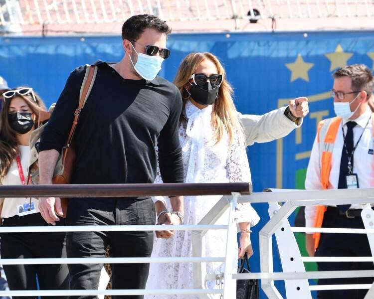 Jennifer Lopez et son compagnon Ben Affleck pour leur arrivée à Venise, le 9 septembre 2021.