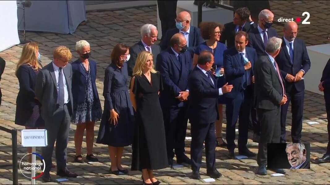 François Hollande et Julie Gayet entourés des membres du gouvernement à l'hommage national à Jean-Paul Belmondo dans la cour des Invalides, à Paris, le jeudi 9 septembre 2021.