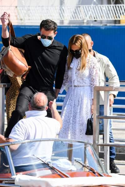 Jennifer Lopez en robe midi Valentino et escarpins noirs assortis à son sac à main
