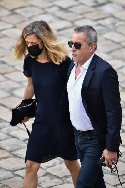 Christophe Dechavanne et Elena durant l'hommage national à Jean-Paul Belmondo dans la cour des Invalides, à Paris, le jeudi 9 septembre 2021.