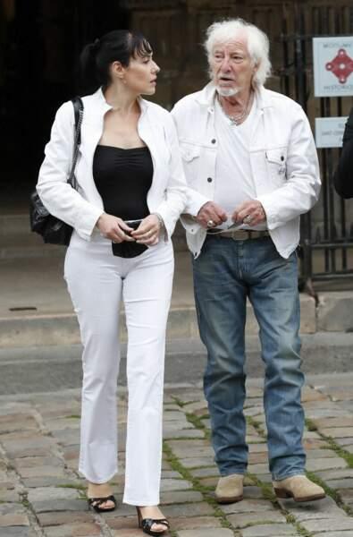 Hugues Aufray et sa compagne à leur arrivée aux obsèques de Jean-Paul Belmondo, à l'église Saint-Germain-des-Prés, à Paris, le 10 septembre 2021