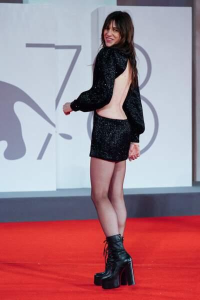 Charlotte Gainsbourg en robe dos-nu Saint-Laurent Paris, le 9 septembre 2021.