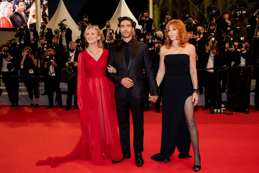 """Mélanie Laurent, Tahar Rahim et Mylène Farmer lors de la montée des marches du film """"Flag Day"""" à Cannes, le 10 juillet 2021"""