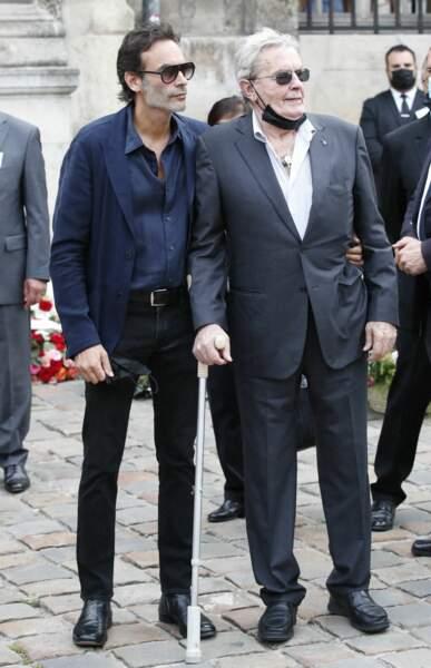 Alain Delon et son fils Anthony à leur arrivée aux obsèques de Jean-Paul Belmondo, à l'église Saint-Germain-des-Prés, à Paris, le 10 septembre 2021