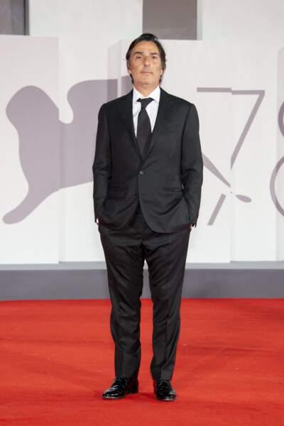 """Yvan Attal en costume, cravate, à la première de """"Les Choses Humaines"""" à la mostra de Venise, le 9 septembre 2021."""