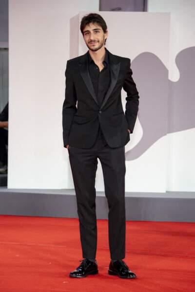 """Ben Attal, très élégant en costume et chemise noire à la première de """"Les Choses Humaines"""" au 78ème Festival International du Film de Venise (Mostra), le 9 septembre 2021."""