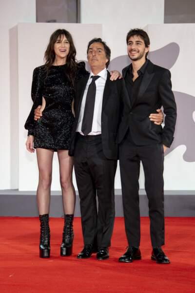 Charlotte Gainsbourg avec son mari Yvan Atta et son fils Ben Attal, tous les trois vêtus de noir